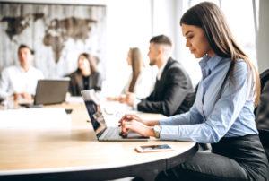 机が変われば生産性も上がる!オフィスワークにおすすめの机を紹介